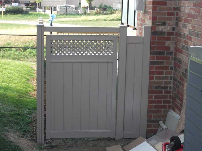 vinyl-fence-brampton-full-privacy-vinyl-fencing-with-lattis-services-by-vinyl-fence-toronto