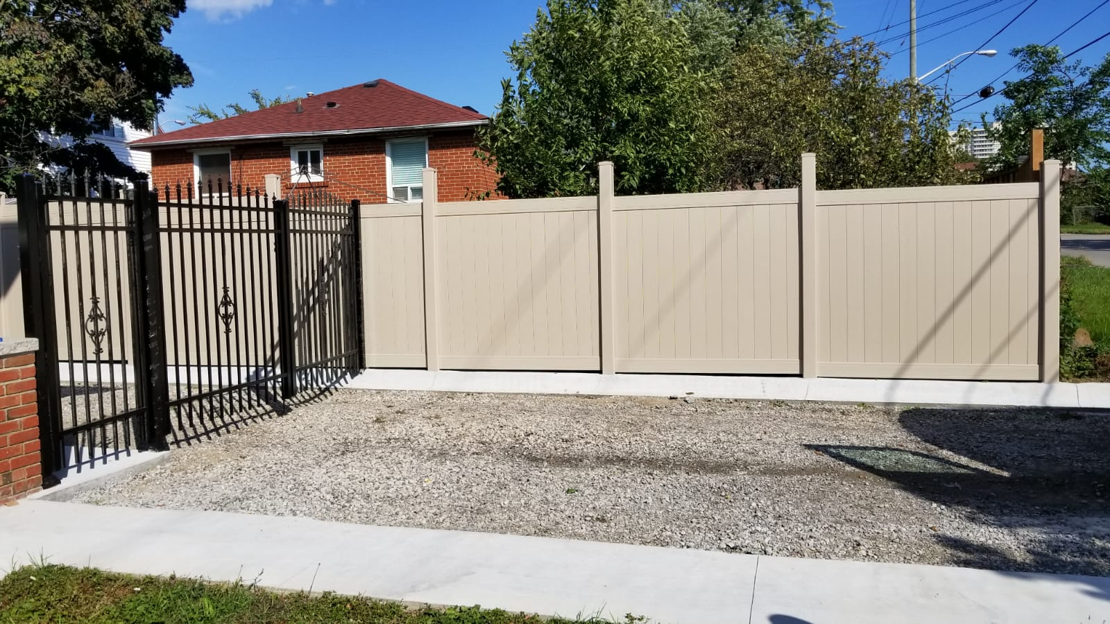 privacy-fence-with-aluminum-gate-by-vinyl-fence-toronto