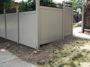 vinyl-fencing-gate-with-aluminum-pickets-installation-in-thornhill-by-vinyl-fence-toronto
